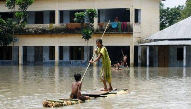 Через величезні повені в Південної Азії кількість жертв виросла уже до 700 людей
