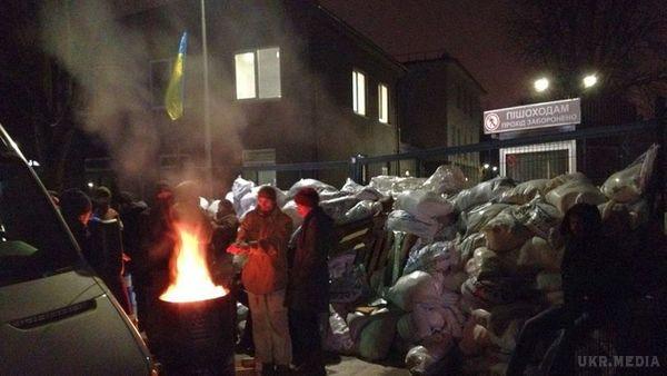 Активісти які блокували NewsOne покинули блокпост, але барикади залишились
