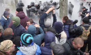 Під судом, де розглядають справу Труханова сталися сутички (ВІДЕО)