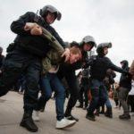 """""""Він нам не цар!"""" На масових антипутінських мітингах на Росії, затримано уже щонайменше 1230 людей"""