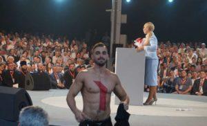 Чоловік, який оголився перед Тимошенко, розповів, куди показувала стрілка на його спині