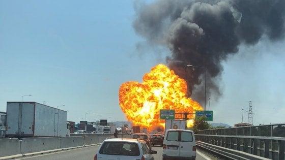 На трасі поблизу аеропорту Болоньї прогримів потужний вибух, є поранені ВІДЕО