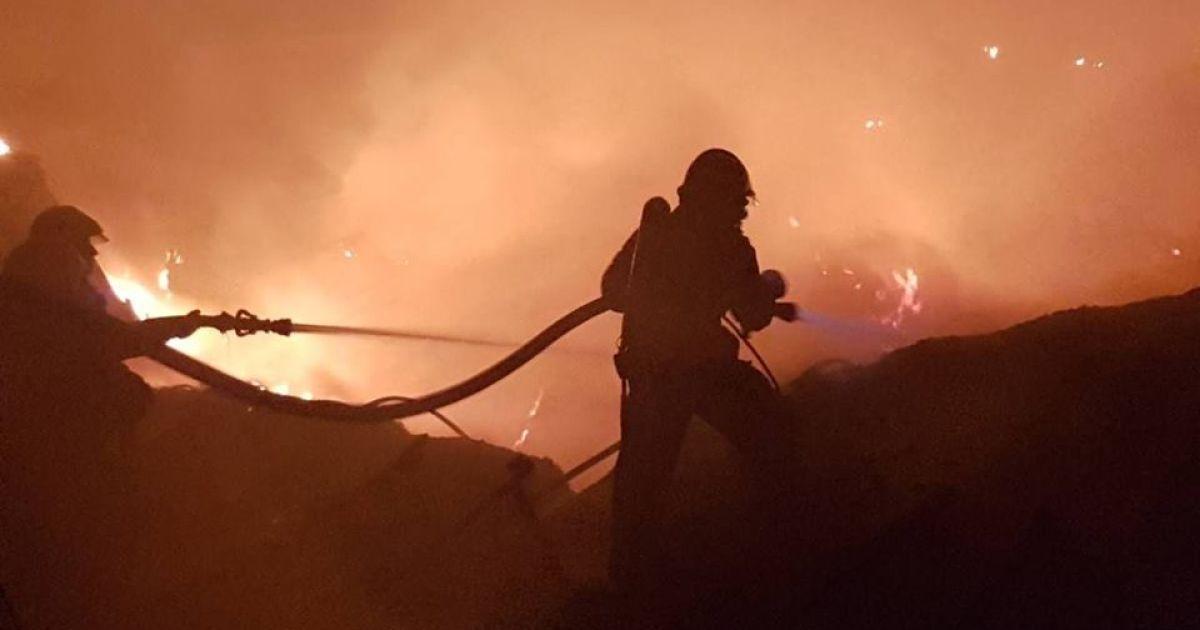 """Подробиці величезної нічної пожежі у Мукачево, де згорів склад """"Нової Пошти"""""""
