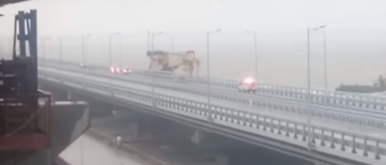 Керченский міст закрили через шторм, і в нього врізався плавучий кран (ВІДЕО)