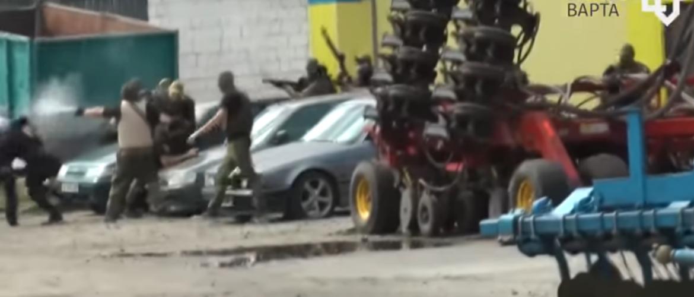 Повернення 90-тих? На Харківщині молодики зі зброєю силоміць захопили фермерське господарство, незаконно змінивши перед цим власника (ВІДЕО)