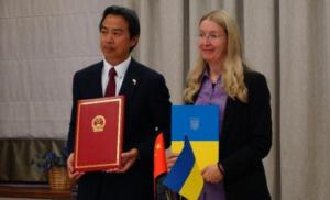 """Китай передав Україні 50 авто """"швидкої допомоги"""""""
