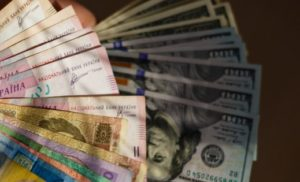 В українських обмінниках почав просідати курс долара – гривня міцнішає