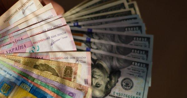 В українських обмінниках почав просідати курс долара - гривня міцнішає