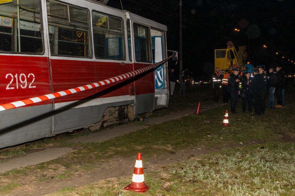 НП Дніпрі: Трамвай збий бабусю з онукою, жінка на жаль не вижила (КАДРИ)