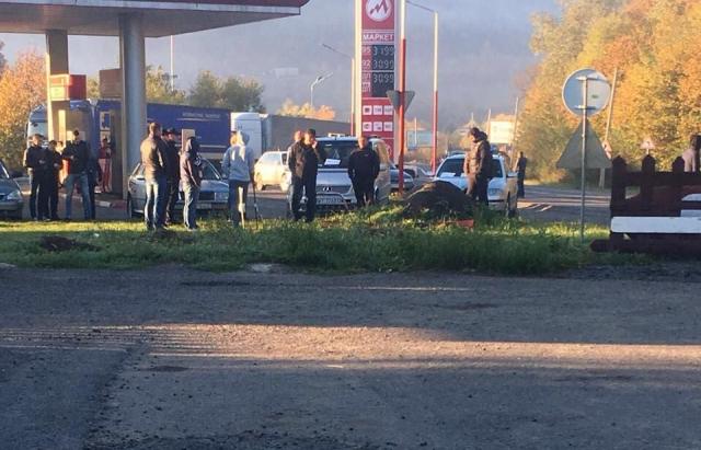 Біля Нижніх Воріт водії зранку перекрили трасу Київ-Чоп: вони вимагають зниження ціни на паливо (ФОТО)