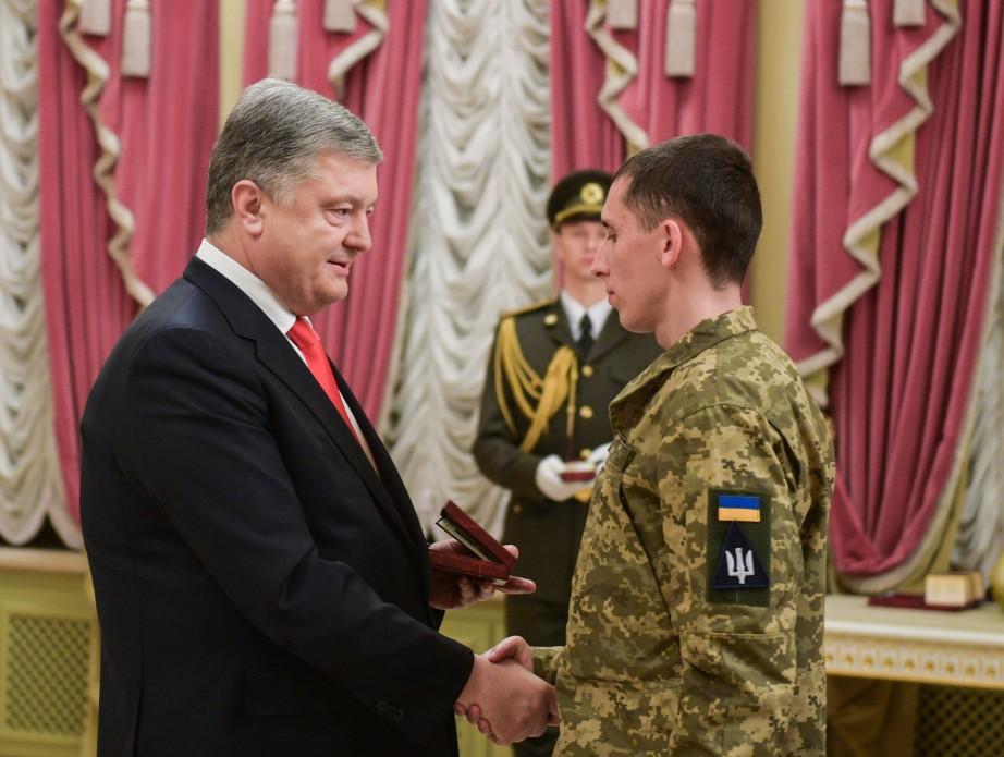 Порошенко нагородив майже 200 військових з нагоди дня ЗСУ