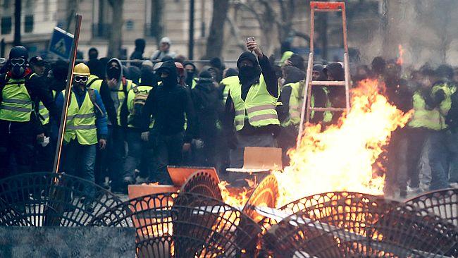 """Протести """"жовтих жилетів"""" знову повернулись до Франції"""