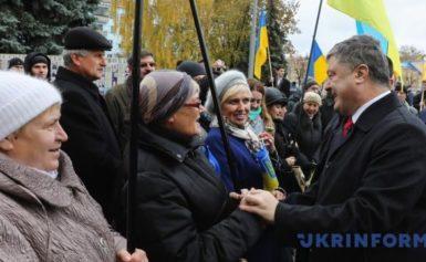 """Штаб Порошенко заявив, що фото Порошенко """"втікаючого"""" від людей в Житомері – фейк розповсюдженний РосЗМІ"""