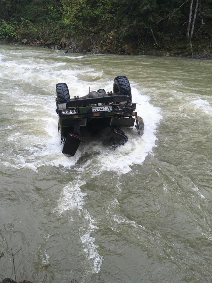ДТП на Івано-Франківщині: автомобіль з туристами упав з висоти 40 метрів у річку, троє загиблих