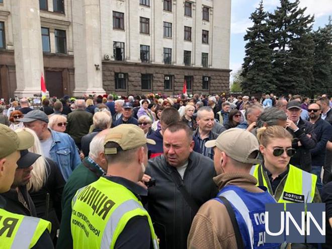 В Одесі біля Будинку профспілок влаштували суперечку через символіку (КАДРИ)