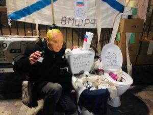 """Активісти влаштували """"туалетну"""" акцію під російським посольством у Києві (ФОТО)"""