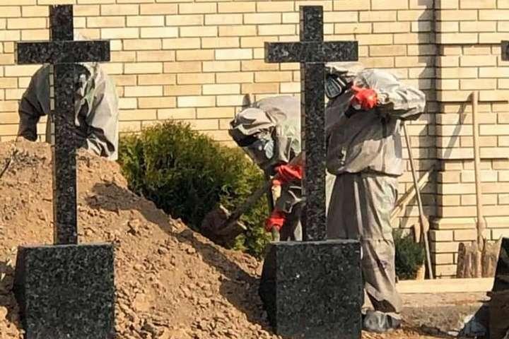 Труна в целофані, могильники у скафандрах. Як ховали архімандтрита з Лаври (фото)