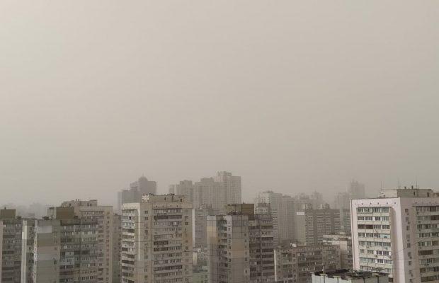 Київ накрив штормовий вітер та пилова буря