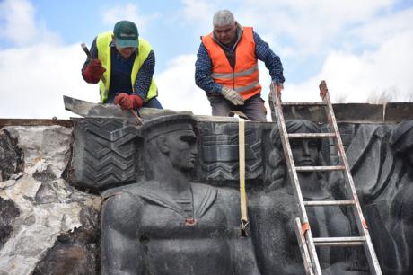 У Львові почався демонтаж Монумента слави