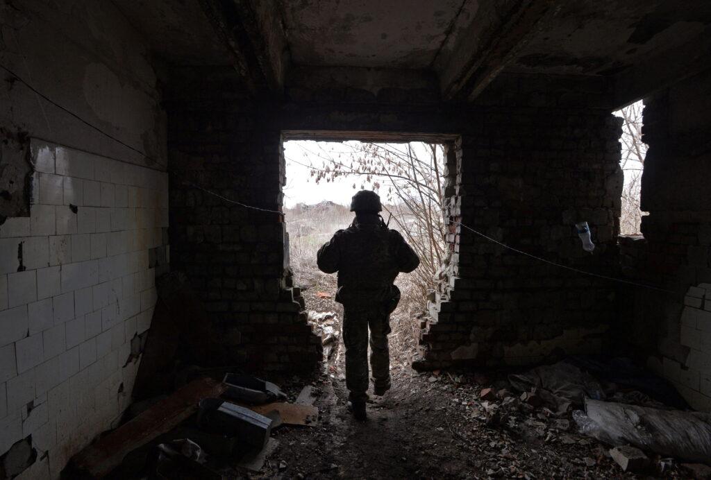 На Донбасі внаслідок ворожого вогню поранено українського захисника